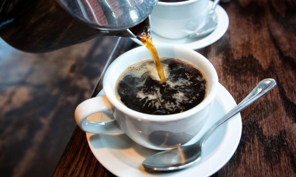 Kaffee und schwarzer Tee und Blutdruck
